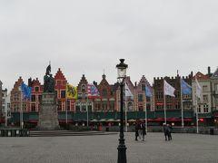 ブルージュ歴史地区の中心地であるマルクト広場へやってきました。ギルドハウスだった可愛らしい建物