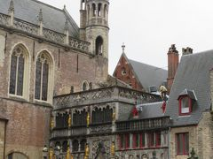 市庁舎の端に隣接している小さな建物は、聖血礼拝堂です