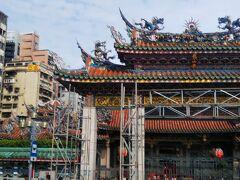 ではでは最初の観光に行こう。龍山寺です。地下鉄で台北から2駅くらい。