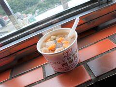 お昼代わりに九份名物のタロイモ団子を頂きます♪ 坂の上のお店からは海まで見渡せました。