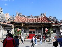 おはようございます。 現在時刻は朝9時過ぎ。 台北屈指の名刹、龍山寺にやってきました!