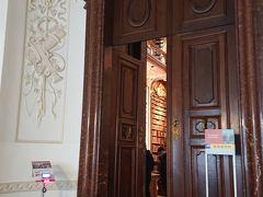 入ってチケットを購入し階段を上がっていくと図書館の入り口がありました。 入り口横の機械にチケットのバーコードを読み取らせます。