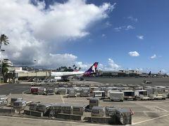 ハワイ2泊3日旅行を終えて、国内線でニューヨーク・JFKへ向かいます。 ハワイで友達と合流。  ハワイアン航空です。直行便です。 思ってた以上にニューヨークは遠いです。  ちなみにハワイアン航空でハワイからニューヨークへ行く場合、ダニエルKイノウエ空港の第一ターミナルに国内線があります。奥のほうへ進んでください。そうするとメインアイランド行きと表記されているところがあるので、そこで荷物も預け、そのへんで保安検査も通れば問題ないです。チェックインは自分でできます。わざわざカウンターに並ばなくても大丈夫です。他の航空会社についてはわかりません。  私はなぜかメールで来た情報が第二ターミナルと書かれていたため、めちゃくちゃ振り回されてしまいました...。  日本からハワイにハワイアン航空で行く場合はJALのマイレージは貯めれますが、ハワイからニューヨークは一切関係ない為、マイルは貯めれません。  とにかく、無事にチェックインもでき、ご飯を食べ、少しゆっくりして飛行機に搭乗。約9時間のフライトです。