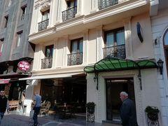 港から迷いながらホテル到着 グーグルマップ、イスタンブールは時々ずれて表示されるね  中々素敵なホテル! お昼頃だったけどチェックインさせてくれた ホテルから主要な観光地には歩いて行けるし ここは大当たり!  アスールホテル  一泊朝食付きダブルルーム 31.5ユーロ (3,870円)  3泊+カッパドキアから戻ってから1泊