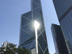 またセントラル駅に戻って来ました。駅を出た公園の前に聳えるのは良く香港のガイド本に載ってる斜線が入った中国銀行ビルです。風水で先端の鋭角は、他の金融界を制圧すると謂れ、また三角が火を表しX印は他を寄せ付けないと謂れているそうです。右隣にはHSBC(香港上海銀行)ビルです。