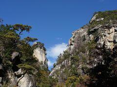 ここからの覚円峰と右の山と合わせて風光明媚な眺めです。  ちなみに右の山は弥三郎岳なのか地図にも書いてない無名な山か結局分からず。。