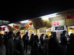 食べ物も色々売ってるんだなあ。刀削麺なんてものまであるよ。