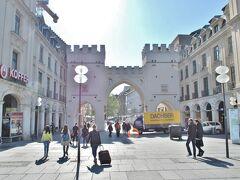 ホテルから徒歩で向かいます。  約10分ほど歩くと、見えてくるカールス門。 このカールス門をくぐると、歩行者天国!
