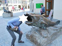 食われる~!!とふざける主人。 通りがかりの子供に笑われました(笑)  後で調べて知ったのですが、ドイツ狩猟漁猟博物館の前のオブジェだったようです。