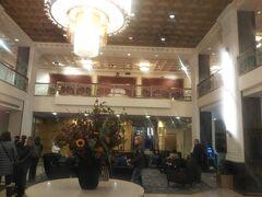 ホテルは8av 34thのニューヨーカー・ウィンダムホテル。 高級ではないけど、ヒストリックな高層ホテル。このクラスでバスタブがるので選択しました。 エレベーターホールでキーを確認するセキュリティがいらっしゃいます。 個人的には好きなホテルです。