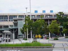 ●JR新潟駅  ほぼ定刻で飛んでくれたピーチ。 バスに乗り継いで、JR新潟駅にやって来ました。 雨がポツポツ…。