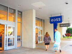 【ロス・ドレス・フォー・レス】 洋服から日用品そしてブランド品のアウトレット品を販売するお店です。デパートの価格よりも20~60%オフ。 息子達がツアーから戻るまでこちらのお店を物色します。