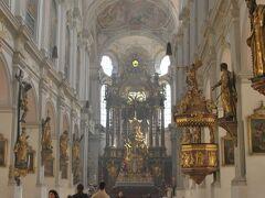 さっき市庁舎の塔から見えていた、聖ペーター教会へ。 こちらはミュンヘン最古の教会。