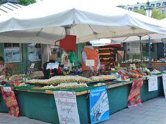 ヴィクトアリエン市場。 野菜やお土産、飲食店など何でもあります。  ここにも白アスパラガス。