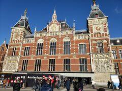 電車に乗ってアムステルダムセントラル駅に移動してきました。