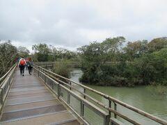 悪魔ののどぶえと呼ばれるアルゼンチン側の滝に向かいます。  遊歩道は整備されているので楽に移動できます。