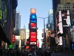 朝ごはんは買い置きパンで済ませ、タイムズスクエアへ。 朝でもネオンの輝度は高いですね。