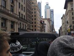 ニューヨークパスやエクスプローラーパスを使ってビッグバスへ乗る場合、乗り場でスマホチケットのQRコードを見せると、その場でバスチケットを発券してもらえます。 どこからでも乗れますが、日曜、祝日の場合は混み合うので、起点となるニッカボッカーホテルから乗るのが無難かもしれません。