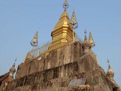 山頂にある黄金の仏塔、タート・チョムシー。  二人の仙人がこの山に神に導かれ、 ルアンパバーンの町を創ったという伝説から、 仙人(ルーシー)の山(プー)=プーシー と名付けられたそうです。