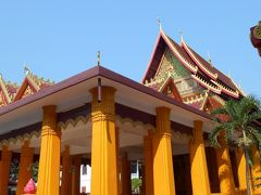 セータティラート通りと 宿のある通りが交わる所にあったお寺。 黄色の建物で目立っていました。
