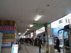 まずは富山から特急を使い「高山駅」へ。 とはいえ、最初の目的地はこことはまた別の場所。  9時40分発の、バスを使って行くヨ。