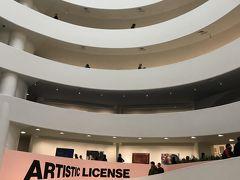 次は、クーパーヒューイット・スミソニアンデザイン美術館から少し南下したところにあるグッゲンハイム美術館。  ここは展示されているものも素晴らしいが、何よりも一番の特徴はこの面白い建物のデザイン!ずーっと坂を上って、上の展示まで見にいきます。もちろんエレベーターも、裏には階段もあります。