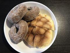 三宮ではあん食パンで有名な「トミーズ」へ行って、少しだけパンを購入し、すぐに奈良へ向かいました。 本当は玉子パンが食べたかった。(まだ焼けていなかった。) 購入したのは玉子ドーナツとサンライズ。 (写真は次の日の朝食で出した時のものです。) 玉子ドーナツ、美味しかったあ。