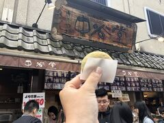 神戸三宮から近鉄奈良まで阪神電車で乗り換えなし直通でラクですが、1時間半くらい電車に揺られました。 羽田と神戸を飛行機で飛んだのと同じくらい電車に乗っていたのか・・・。 ま、電車に乗るのも好きだから車窓を楽しみましたけど。  近鉄奈良駅で降りて、かき氷屋さんを目指します。  途中のお餅で有名な中谷堂でつまみ食い。 柔らかくて美味しい。 残念ながら高速餅つきはしていなかった・・・。 外国からのお客さん、多数。
