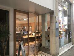 中谷堂から商店街を5分ほど歩くと、めあてのかき氷屋さん。 超有名店の「ほうせき箱」です。