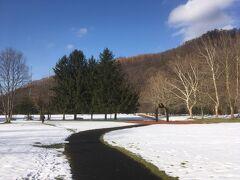 安田美術館(美唄市)、雪原に彫刻。