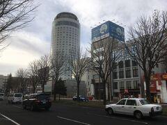 この丸いビルに泊。ザギトワさんとかとエレベータでご一緒しました。