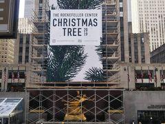 例のスケートリンク。クリスマスツリーはまだ箱の中。 この景色見ながら外でコーヒー飲むのは良い気分。