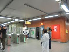 ただこの、ホテルの目の前の地下鉄入口は有人の窓口は無く、券売機で24時間チケット購入。