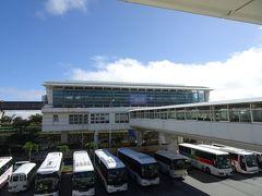 ゆいレール駅に向かいます。  しかし暑いわ~!!! なんと28° 夏じゃん夏!!! 後から聞いた話ですが、沖縄でも11月の28°はめずらしいとか。。。