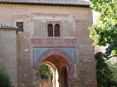 ブドウ酒の門 1556年からアルハンブラに住んでいる人によって、この門に免税ブドウ酒市場が置かれた事から、この名前が付いたそう。  この門を出て、アルハンブラバスで町中へ向かいます。