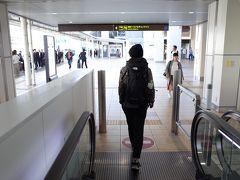 あっという間に伊丹空港に到着しました。 バスで大阪駅に向かいましょうー。  今回は2人ともバックパックを背負って行きました。 預け入れの荷物がないのは時間短縮にもなって良いですね。