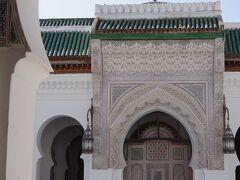 カラウィンモスク。  9世紀にチュニジアのケロアンから移住してきたイスラム教の女性が、小さな礼拝堂を建てたのが始まりだそうで、そこから発展したモスク。  自然科学や医学など多くの学部を持ち、世界でも最古に近い大学を併設しているが、異教徒は入場できない。