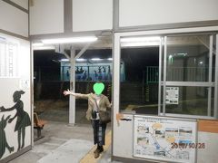 紀伊田辺17:46発「きのくに線」普通列車に乗り、紀伊新庄駅に17:50着 たった4分とは! 無人駅でタクシーも来ないのでホテルに電話すると 「すぐお迎えに参ります。」との答えで一安心。 18:30 にホテルチェックイン