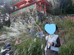 神倉神社・天磐盾(神倉山)神武天皇顕彰碑 奥に見える大岩は「ゴトビキ岩」だ。ここに神様が鎮座する磐座(イワクラ)と言われる。