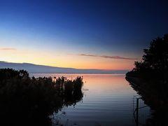 明日香旅の旅立ちは何故か、湖の畔。 その理由は、日曜日の朝に私がいたのが琵琶湖だったから。  実は、11月末に職場の全国研修会が滋賀県であり、その宿泊地が琵琶湖の湖畔だったのだ。 今回の研修は職場総員参加の研修だったため平日での開催は難しく、研修の日程は週末の土日。 しかも、その研修に参加してもその2日分の代休は与えない(研修に参加すると研修のある土日前後の5日間、計12日間休みなしの日々となる)というオニ条件つき研修だった。  そして、その研修に参加するかしないかは、職員個人の自由判断に任されていた。  (写真:夜明け前の琵琶湖の湖畔)