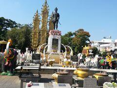 チェンライは1939年にタイ王国に編入されるまで、タイ北部はランナー・タイ王国として統治されていたとのこと。その建国者であるメンラーイ王は、今もチェンライの英雄として信仰を集め、銅像が置かれている広場に多くの市民がお参りに来るとのことです。
