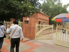 インドの英雄マハートマー・ガンデイ―が火葬された場所ラージ・ガートに向かう。計画ではここも下車観光のみだが、CPさんの配慮で入場観光となった。ここに入るにはセキュリティーがあり、手荷物も厳重に検査される。