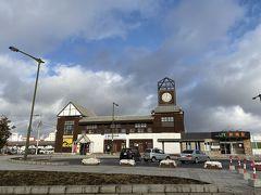 少し故郷の街をまわってみるが、建物は新しくなっても、昔より利用客が減ってしまった故郷の駅。