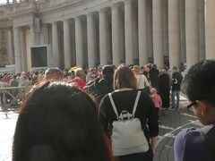 ヴァチカン美術館を出て午後2時20分頃からサン・ピエトロ大聖堂に入場するために並んだ。20~30分位待ってセキュリティチェックを通過して入場。料金は無料。
