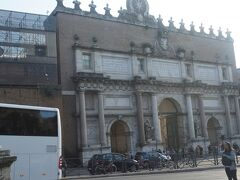 ローマのテルミニ駅には午後2時20分に到着。メトロでポポロ広場へ向かう。メトロのフラミニオ駅を出ると、写真のポポロ門が見えてくる。北からフラミニア街道を通って来た旅人がフラミニア門と呼ばれた現在のポポロ門で身元を調べられ、税を払ってローマに入った。