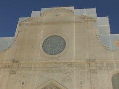 ポポロは市民のことでサンタ・マリア・デル・ポポロ教会は市民が建設資金を出したことからこの名前がつけられた。工事中だったが見学はできた。料金は無料。
