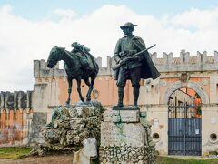 ピエトロ・カノニカ博物館 Museo Pietro Canonica ピエトロ・カノニカ美術館前の「慎ましい英雄(ラバ)と山岳兵」