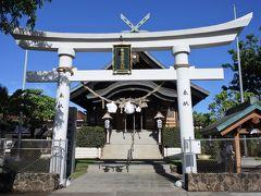ハワイ出雲大社(布哇出雲大社)  白い鳥居が印象的!  鳥居をくぐる際は真ん中は神様の通り道なので端を通るのが礼儀!  一礼をして右端を通過。