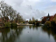 バスで約1時間半、ブリュージュに到着。 バスを降りて、徒歩で観光します。  愛の湖公園。 ベルギーらしい素敵な光景です(^-^)