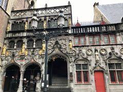 聖血礼拝堂。 十二世紀に十字軍に参加したフランドル伯のティエリー・ダルザスが、コンスタンチノーブルから持ち帰った「聖血の遺物」が納められています。  ちょうど開帳の時間だったので、実物を拝見することが出来ました! 貴重な体験でした。